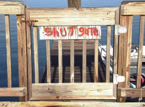Handmade shut gate sign.