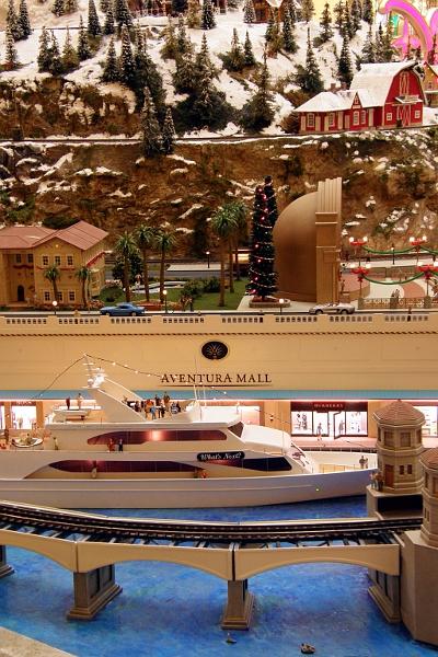 Model railroad installation at Aventura Mall